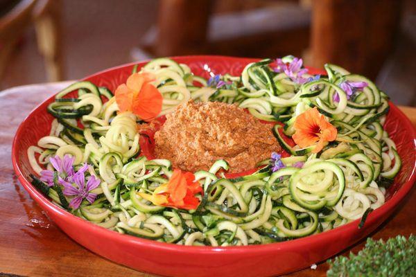 spaghetti de courgette sauce bolognaise végétale et crue