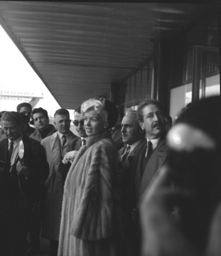 jayne-1957-10-02-paris_arrives-1