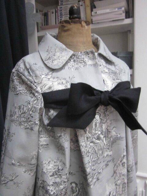 Manteau AGLAE en toile de coton gris imprimé toile de Jouy Pastorale fermé par un noeud de lin noir (4)