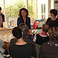 Sophie au centre, Isabelle à gauche, comédienne, nous a lu quelques passages du livre
