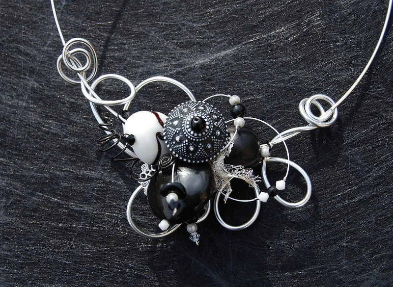 collier tour de cou noir et blanc