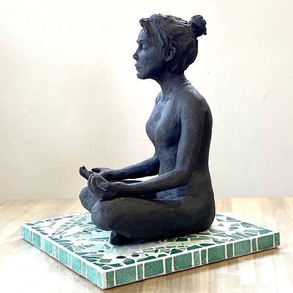 Corinne Caillé - modelage grès - Relaxation sur socle mosaïque - profil