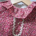 Robe trapèze à poches plaquées, col froufroutant et manches courtes fermée par 3 petits boutons recouverts dans la nuque - haut doublé ANTOINETTE (20)