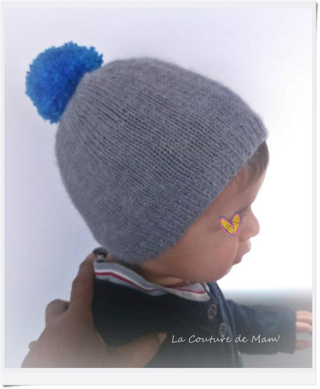 Bonnet gris et pompon bleu