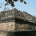 Temple de Borobudur, 118 m de côté, 2 millions de blocs de pierre