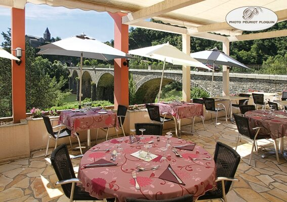 AMBIALET_Hotel_restaurant_du_Pont_la_terrasse_et_le_pont_sur_le_Tarn