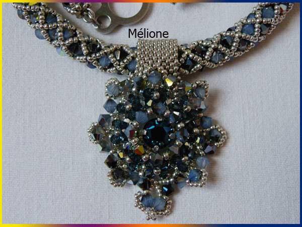 médaillon du collier bleu gris