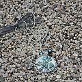 Sautoir: fleurs feuilles bleues et grises