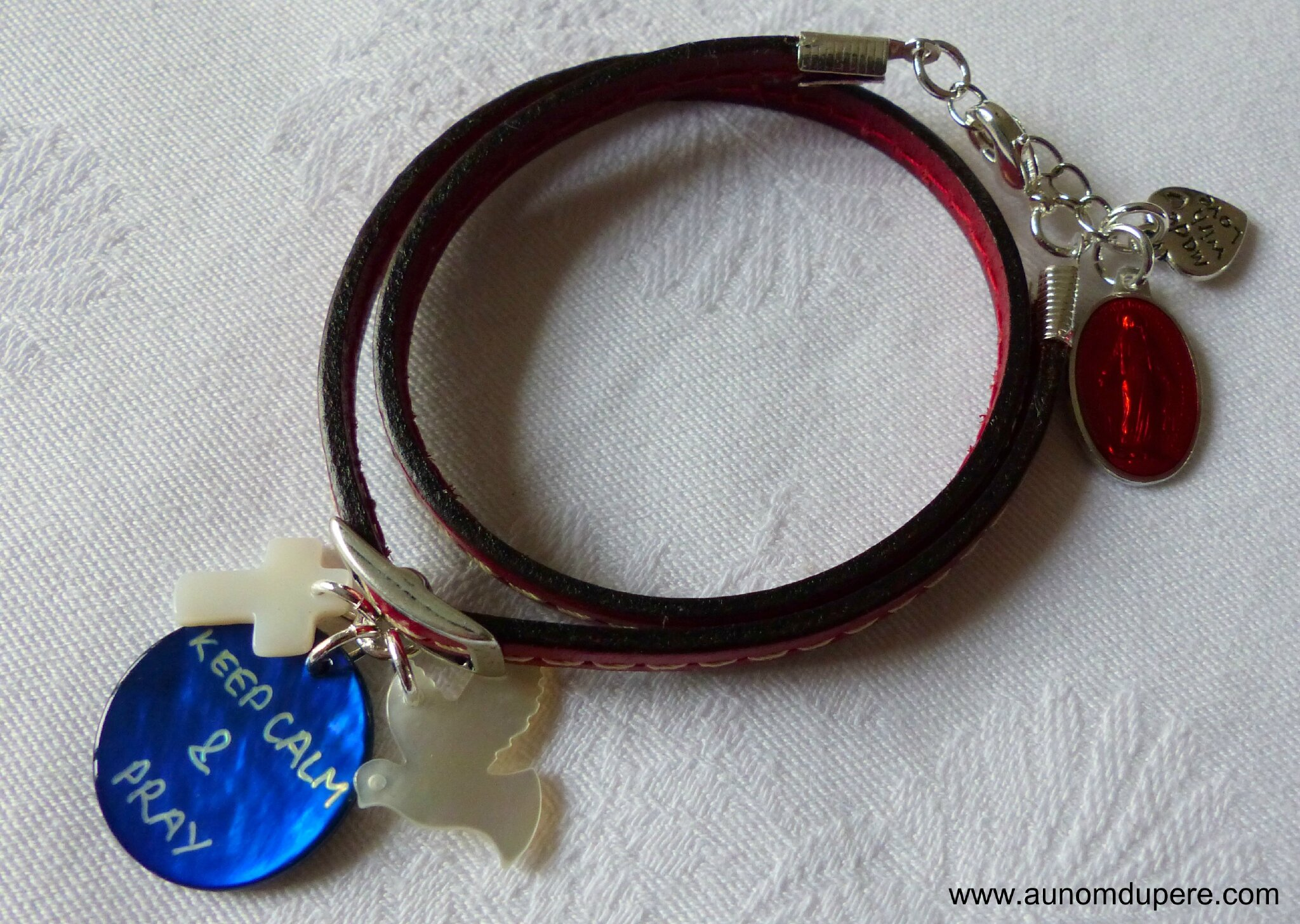 Bracelet en cuir double tour Keep Calm & Pray (rouge)