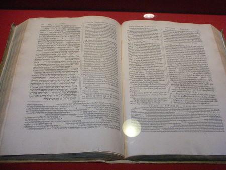Bible_en_cinq_langues_