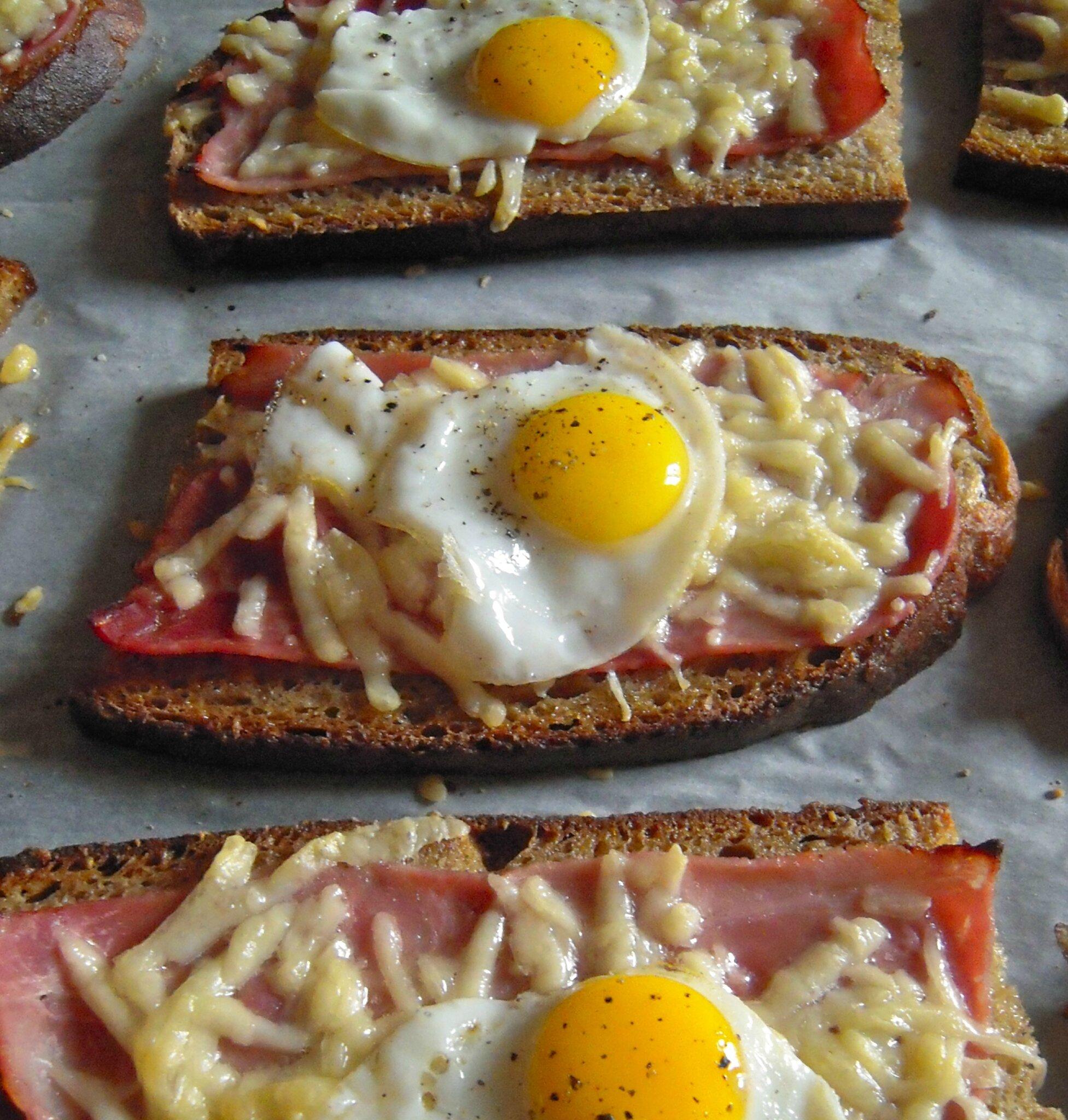 Tartines au pain Poilane façon croque-madame aux oeufs de caille