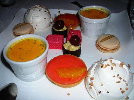 2011 12 09 9 - mignardises meringue au café tartelette à la mandarine crème au potiron macaron banane vanille griotte et ganache à la pistache guimauve à la framboise