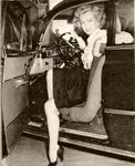 1951_Marilynathome_car010