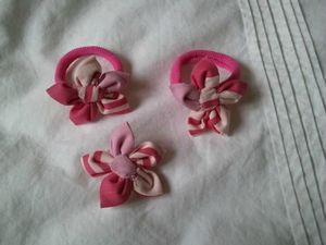 fleurs et noeuds roses