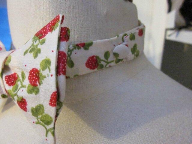 Véritable NOEUD PAPillon en coton écru parsemé de jolies fraises rouge (1)