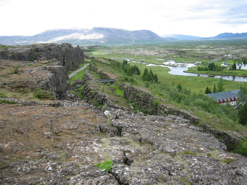 Haut lieu historique, le rift de Pingvellir a vu dès 930 les Vikings se réunir formant le premier parlement du monde