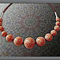 Collier effet mosaïque orange et miracle chocolat