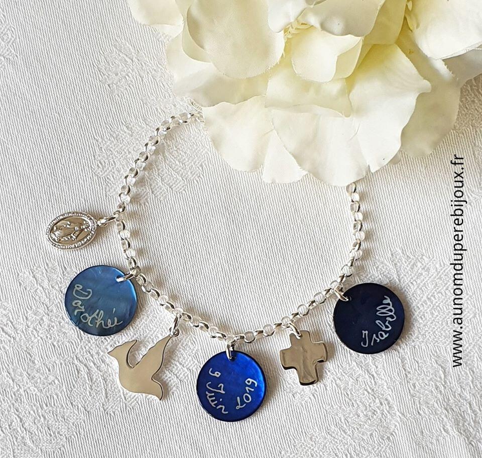 Bracelet personnalisé sur chaîne argent massif composé de 3 médailles en nacre gravées, une médaille miraculeuse en argent massif, une colombe en argent massif et une croix en argent massif