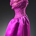 Cristóbal Balenciaga, robe et manteau de cocktail en dentelle noire, ceinture corselet rose, 1951