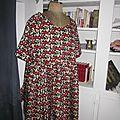 Robe RAYMONDE en coton imprimé renards roux et rouge sur fond noir - manches raglan - longueur genoux - taille unique (3)