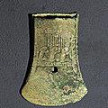 Très rare hache à double tranchant symétrique et à décor de personnages, vietnam, culture de đông sơn, 3°-1° siècle bce