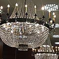 Les improbables lustres en forme de montgolfière du bar de la gare centrale de milan...