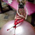 Acrobatie sur ballon rose :