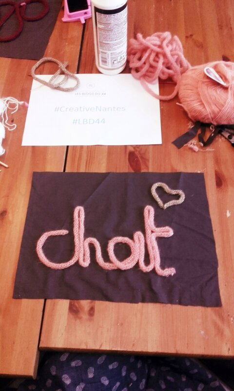 mot-laine-tricotin-chat-coussin