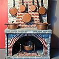 Une petite cheminée en carton et sa jolie batterie de cuisine en cuivre ! un jouet ancien surprenant et mystérieux...