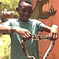 Le fils de arafat dj mael huoun en visite au temple de pythons au benin