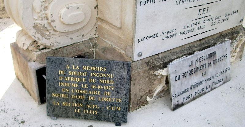 Deux Plaques (bas du Monument)