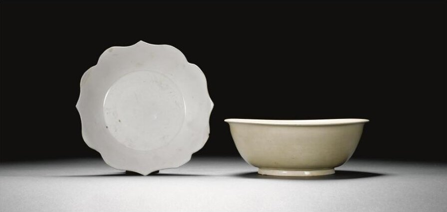 A_white_glazed_foliate_rimmed_dish__Tang_Five_Dynasties