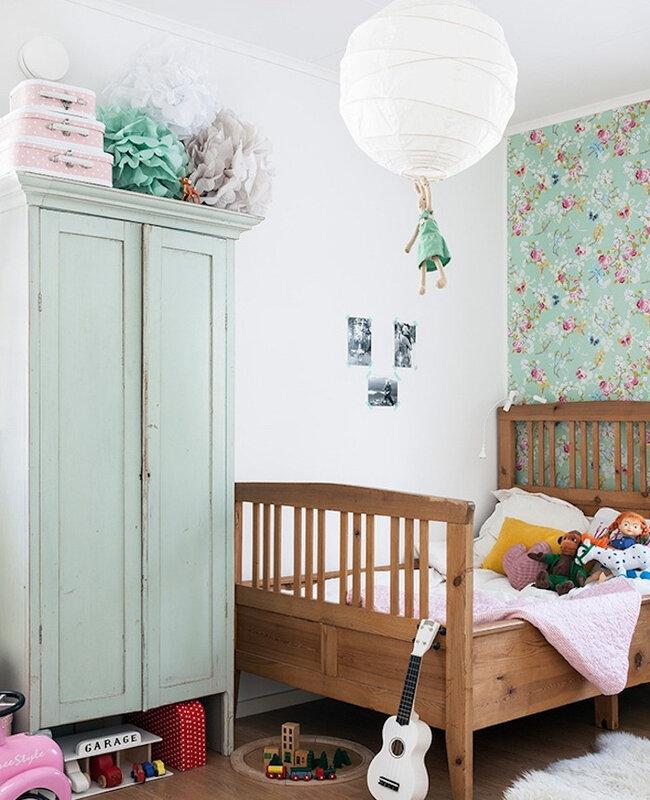 repeindre-un-meuble-en-bois-avec-de-la-peinture-verte-menthe-lit-en-bois-papier-peint-à-imprimé-floral-jouets-amenagement-chambre-enfant-e1505469679770