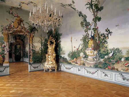 Appartement_Goess__chambre_avec_paysage_exotique_et_v_g_tation_luxuriante__portails_de_jardin_et_paons_d_un_jardin_princier