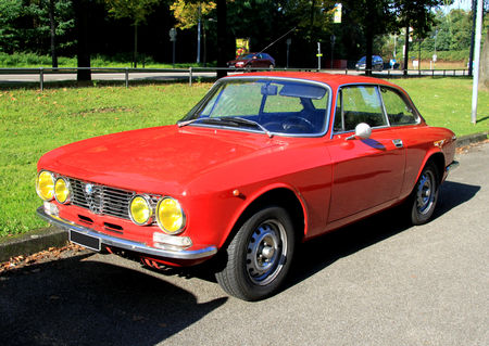 Alfa_Romeo_GT_1600_junior__Retrorencard_octobre_2010__01