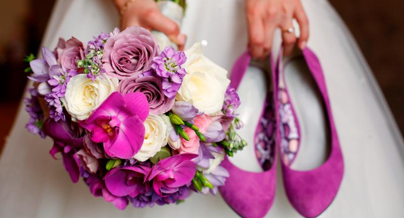 bouquet et chaussures de mariée couleur violet