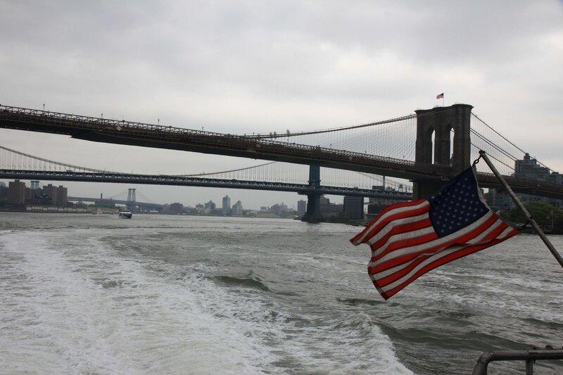 l'East River, Pont de Brooklyn et le drapeau américain