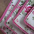 Set de 4 serviette de table 40X40 en coton écru fleuri rose, bordé de dentelle de coton rose vif (4)