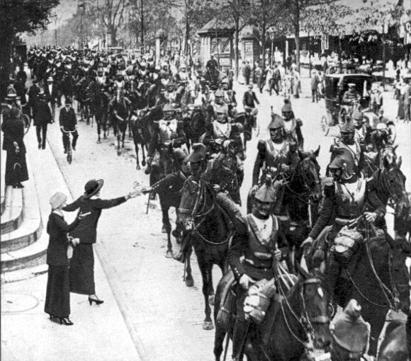 French_heavy_cavalry_Paris_August_1914