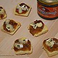 Toasts au camembert et confit d'oignons rosés