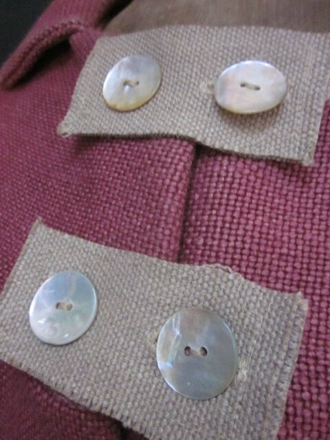 Manteau AGLAE en lin épais groseille fermé par 3 pattes de boutonnage en lin brut et des boutons de nacres (1)