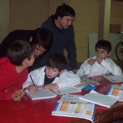 Los voluntarios ayudan a las tareas