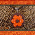 Collier fleur orange imitation cuir (N)