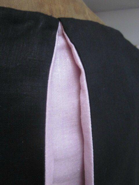 Robe ODETTE en lin noir avec pli creux dos et petits boutons recouverts en lin rose pailleté - Taille 54 (7)