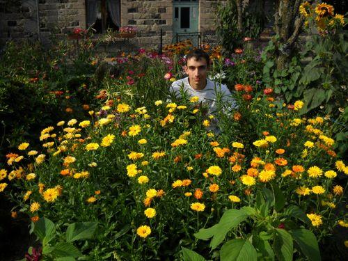 2009 08 18 Cyril devant ses fleurs