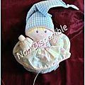 Doudou poupée boule corolle musical carreaux vichy bleu et blanc robe imprimé fleurs