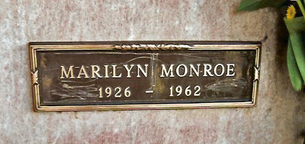 la plaque de la tombe de marilyn vandalis e divine marilyn monroe. Black Bedroom Furniture Sets. Home Design Ideas