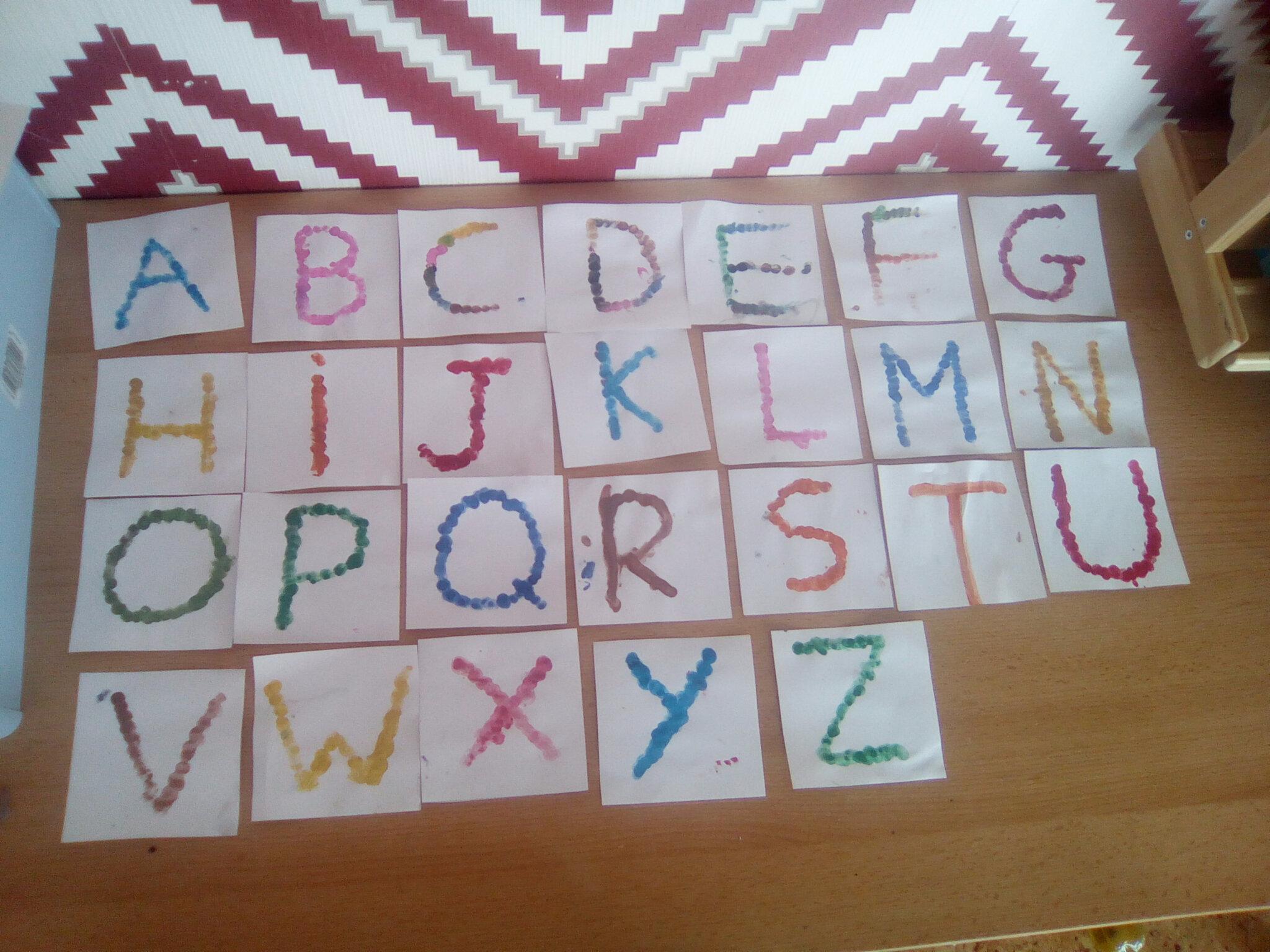 Alphabet peint avec les doigts