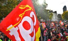 1098621-des-manifestants-brandissent-un-drapeau-de-la-cgt-a-nantes-le-19-octobre-2017