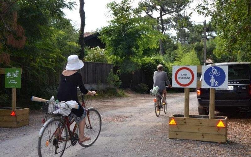 depuis-un-mois-des-panneaux-illegaux-entendent-regler-la-circulation-dans-les-chemins-des-44-hectares